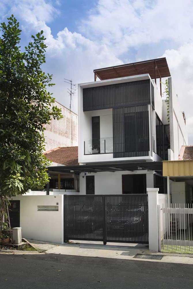 Fachada de casa popular e moderna em tons de branco e preto