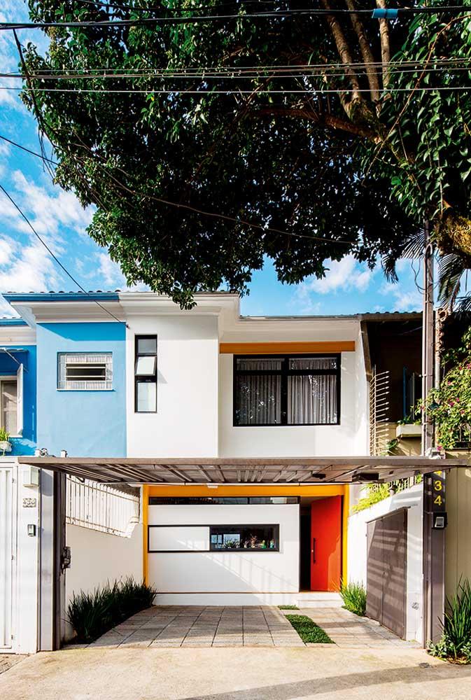 Aqui, a fachada popular ganhou destaque com os detalhes em laranja