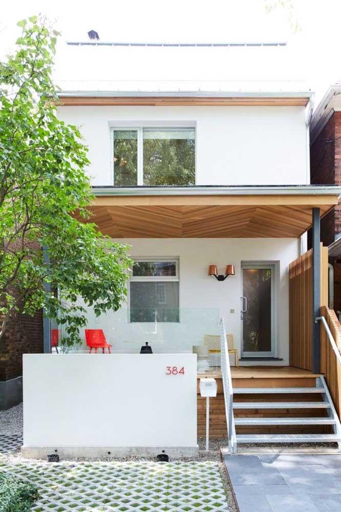 Pintura branca e forro de madeira: solução prática e econômica para a fachada popular