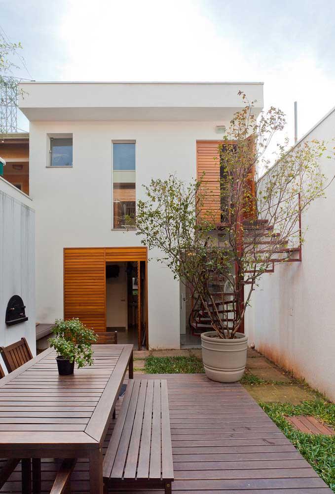 O deck de madeira traz aquele aconchego a mais para fachada da casa