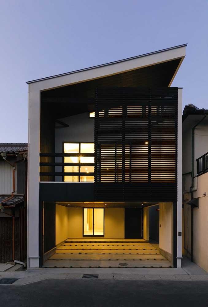 A fachada em preto e branco apostou em uma iluminação diferenciada
