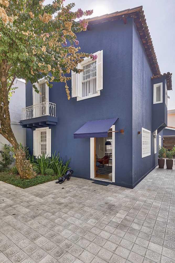 Casa azul com portas e janelas brancas. Parece que saiu de uma história infantil, né?