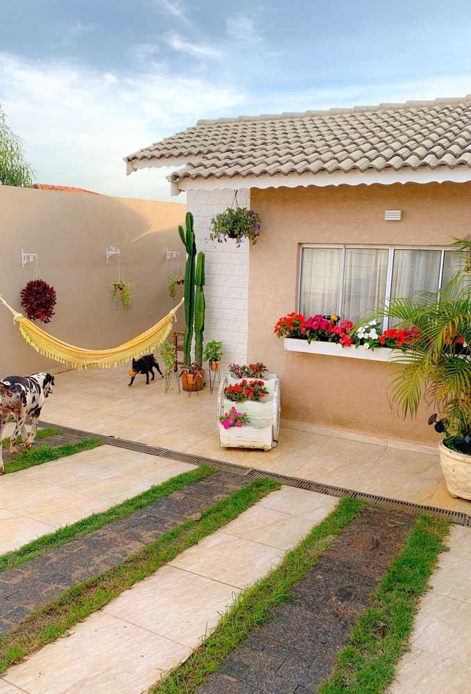 Se tudo ficou simples demais para você, experimente montar um jardim e espalhar flores pela fachada da casa
