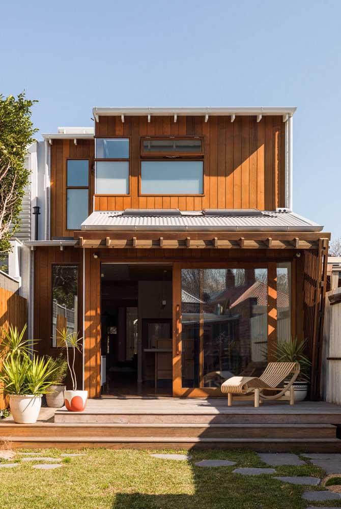 Fachada de casa popular de madeira. O máximo de conforto e receptividade