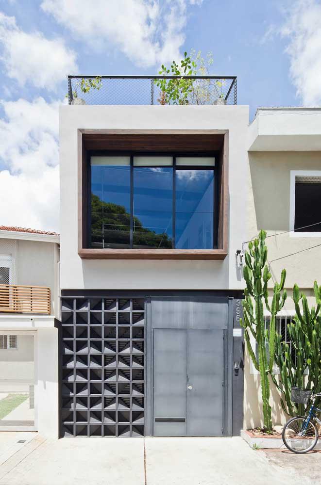 Portão e muro de aço dão o tom moderno a essa fachada de casa popular