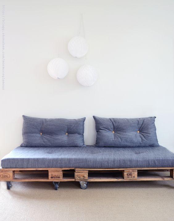 Modelo de sofá de pallet com rodízios para 2 lugares