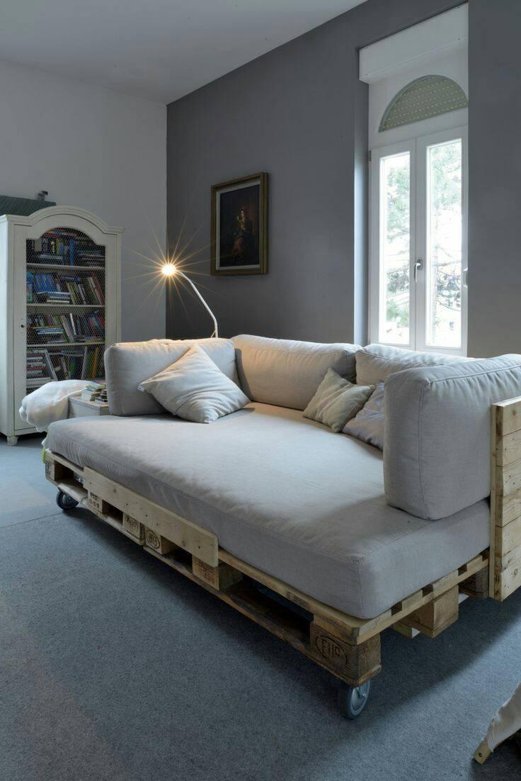 Modelo de sofá grande de pallet iluminado