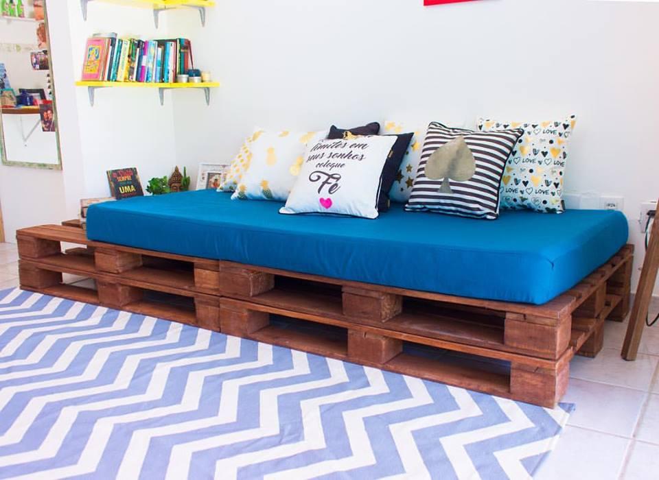 Sofá de pallet com almofadas grandes