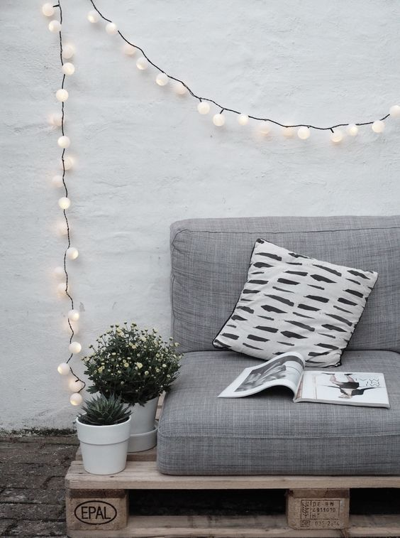 Fio de luz pisca-pisca no sofá de pallet