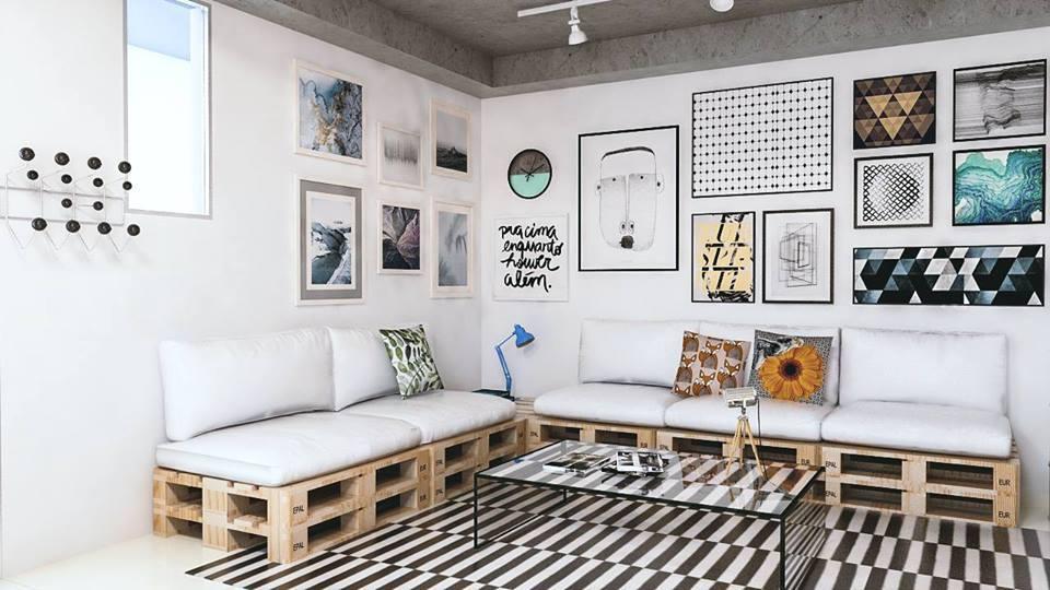 Sofá de palete e quadros decorativos na sala