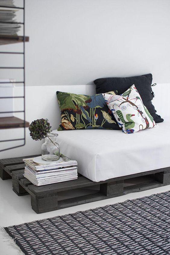Sofá de pallet simples com pintura cinza escura