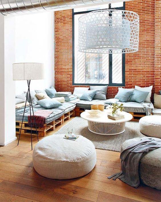 Esta sala comportou um grande e belo sofá com base em pallets