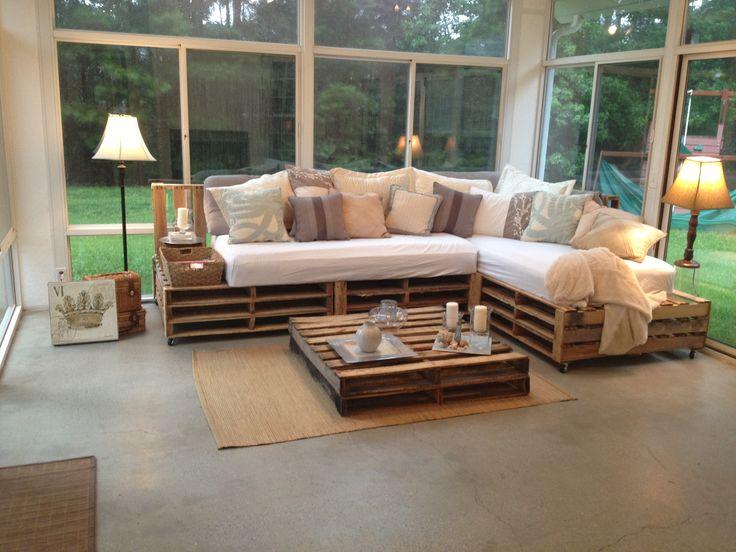 Sofá de palete em L com diversas almofadas decorativas
