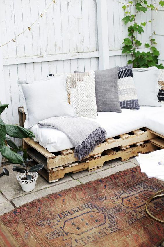 O sofá pode ser um cantinho aconchegante na varanda, na sacada ou na área externa
