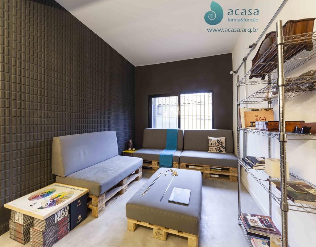 Sala completa decorada com sofás e mesa de centro de pallet