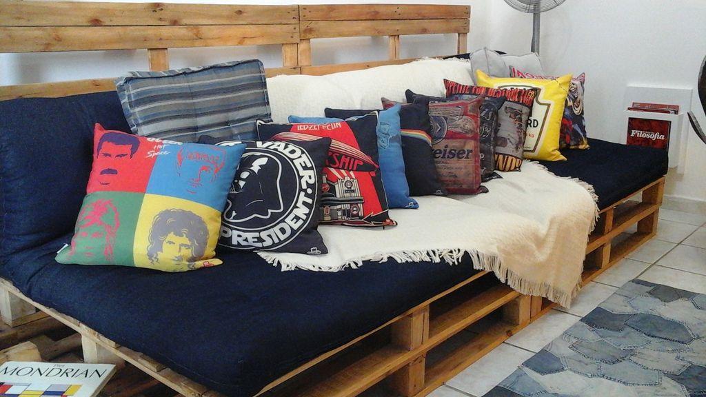 Almofadas divertidas com sofá de pallet