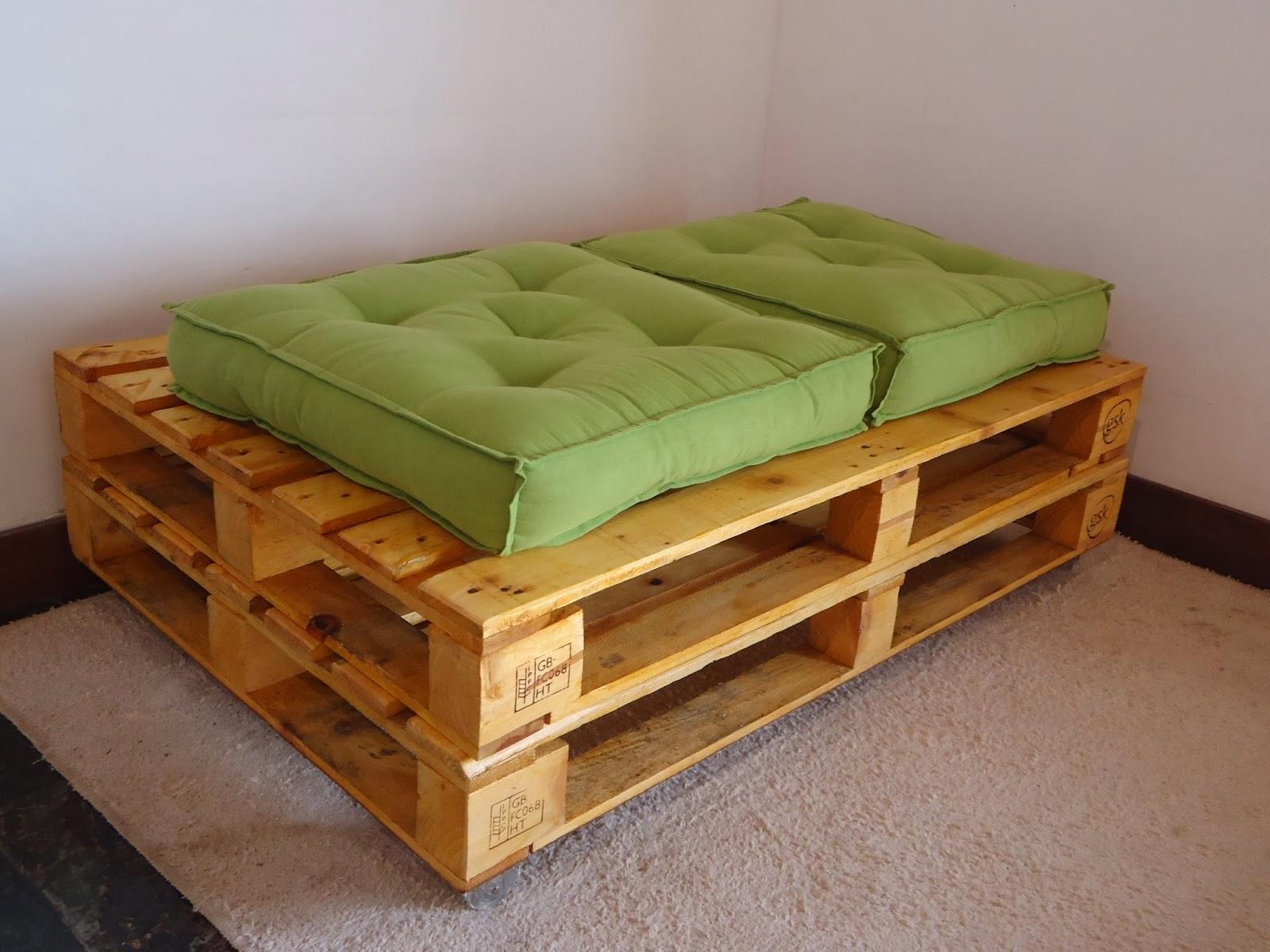 pequeno sofá usando uma unidade de pallet de largura