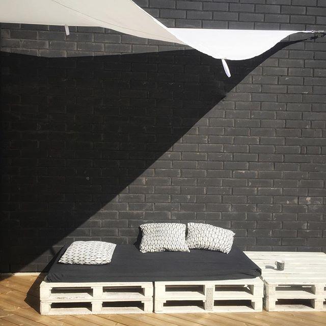 Sofá de pallet simples com estofado preto