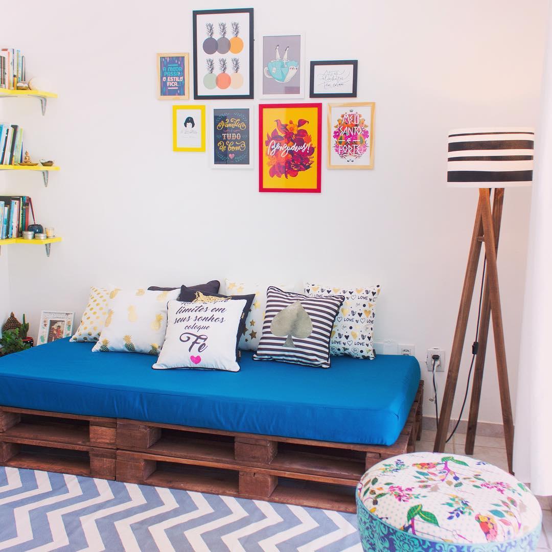 Aposte em almofadas coloridas