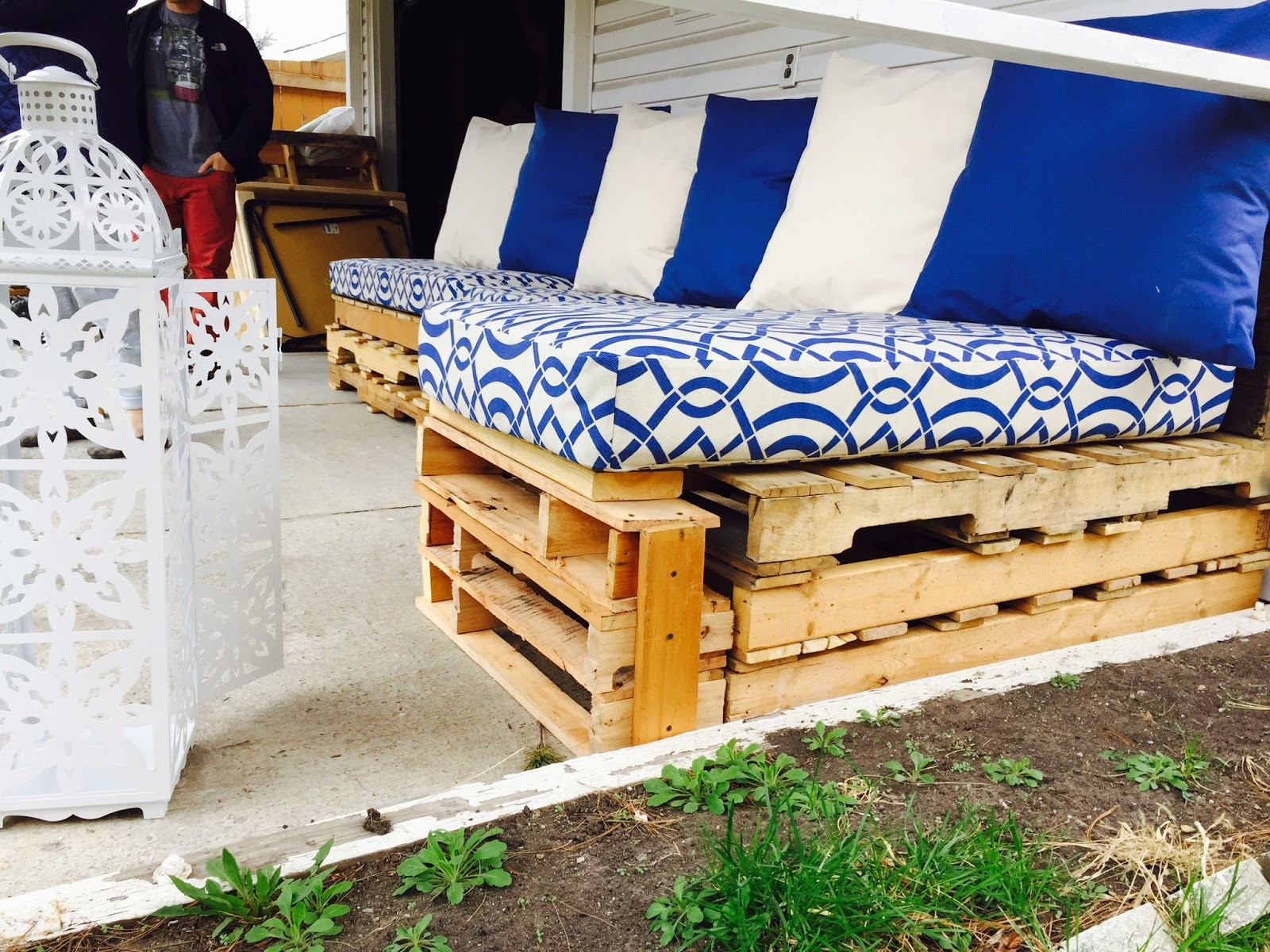 Tons de azul ficam em evidência em contraste com a madeira do material