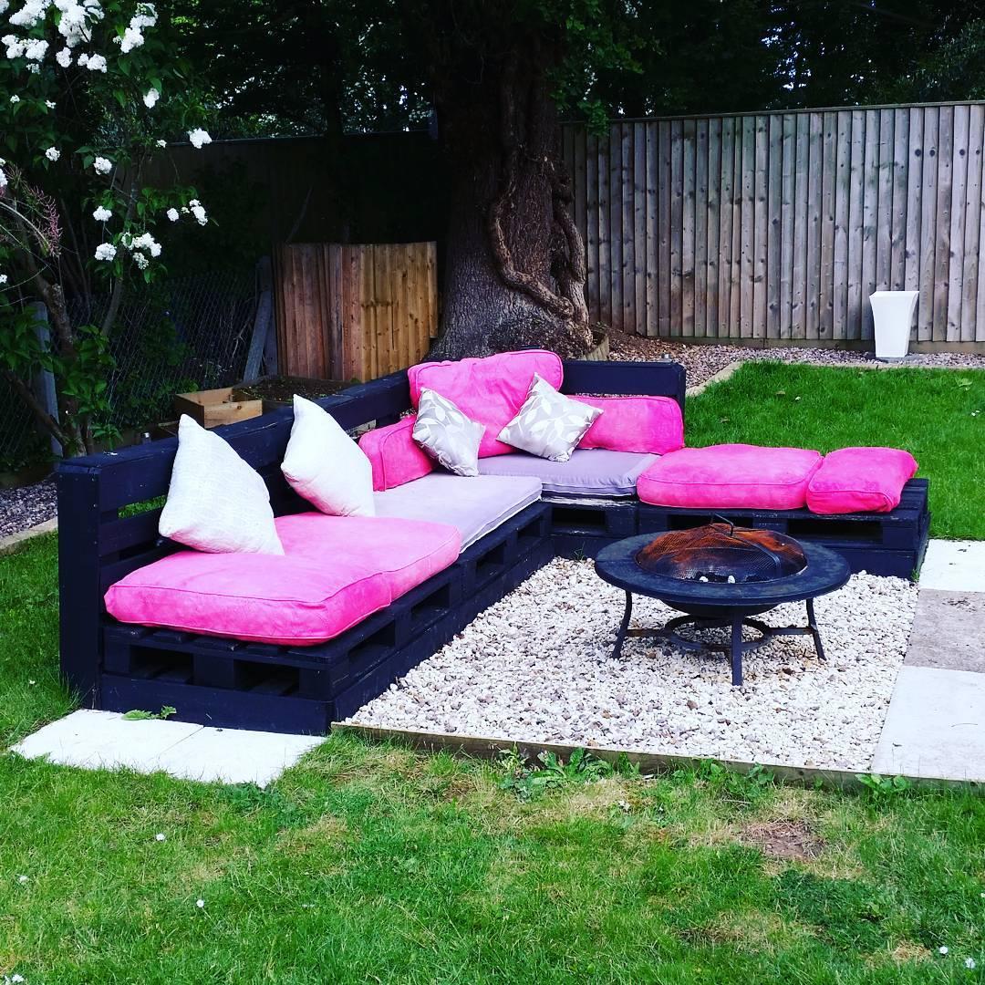 Este sofá foi com tinta preta e a escolha natural são almofadas claras e vibrantes