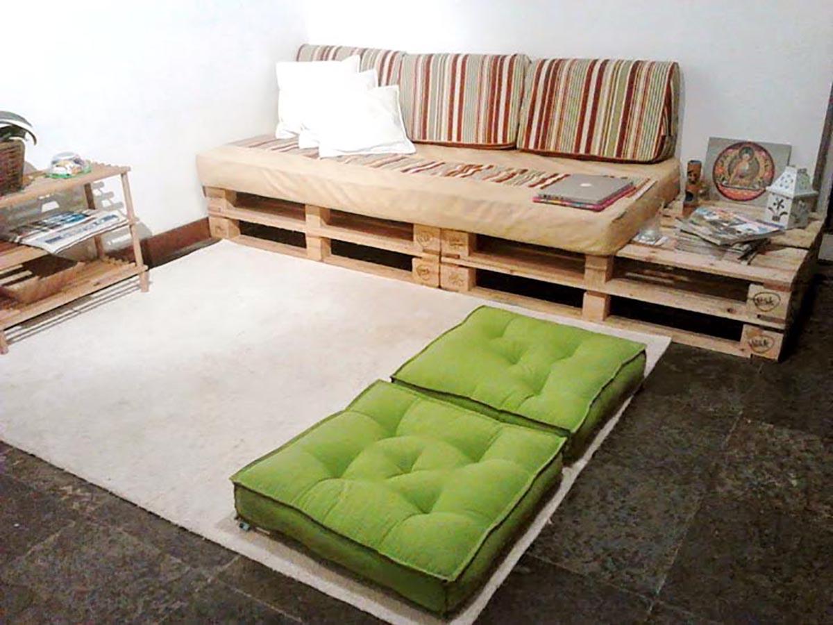 Modelo simples de sofá de pallet para sala de estar