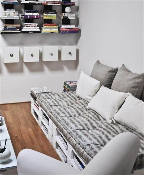 Utilize os espaços internos dos pallets para armazenar livros e revistas