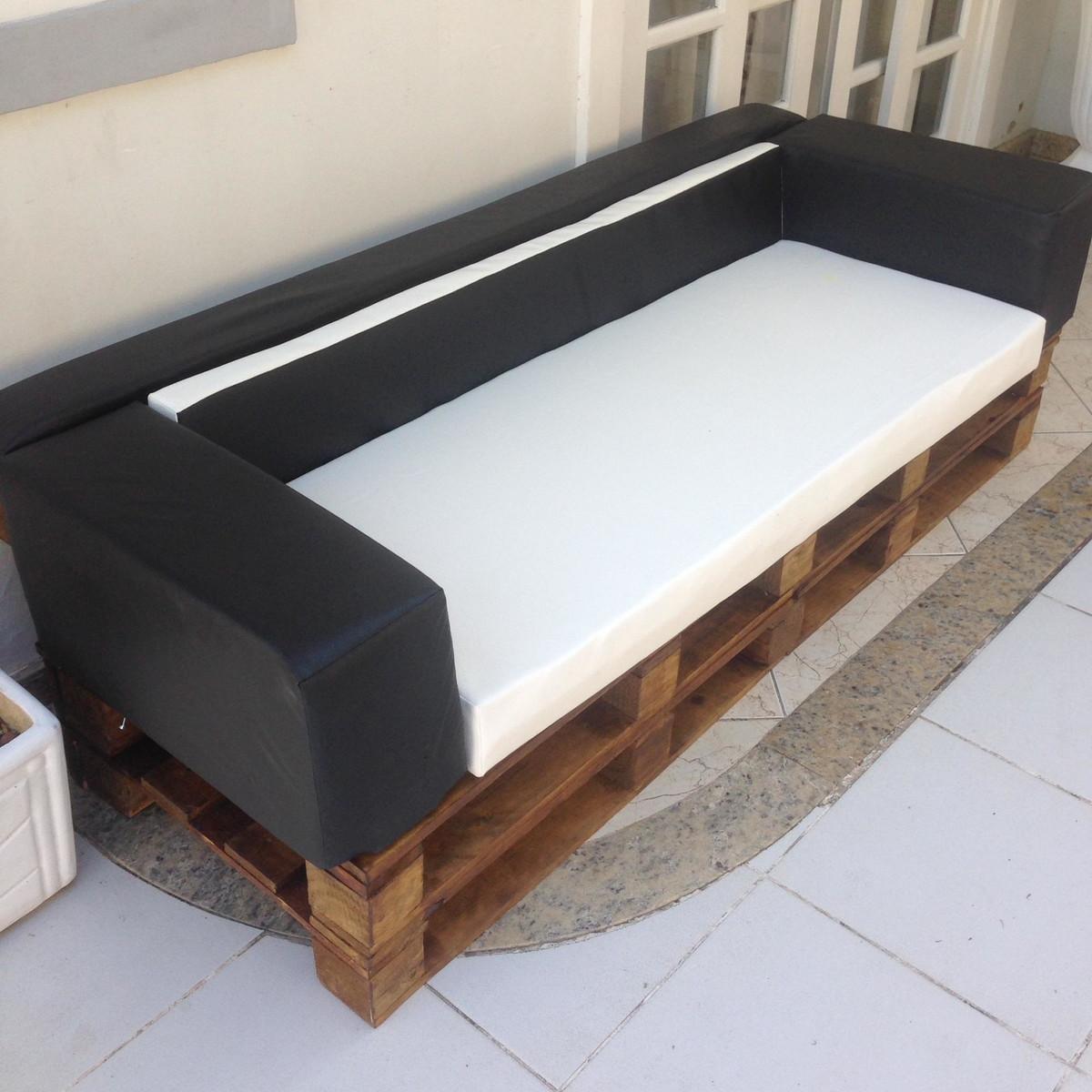 Sofá de pallet com estofado de couro para 3 lugares