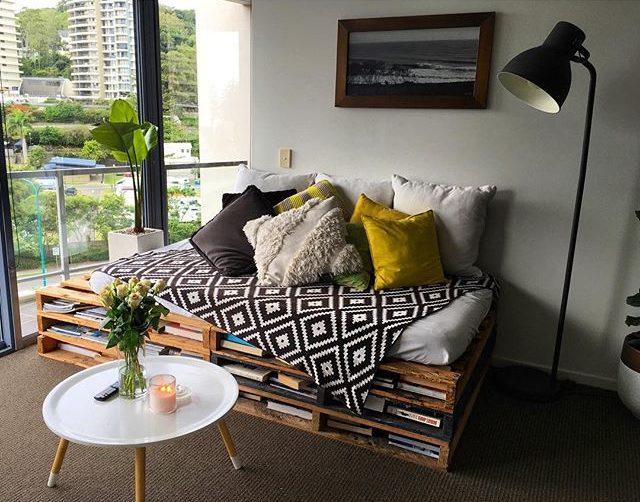 Faça um cantinho da leitura com o sofá de pallet