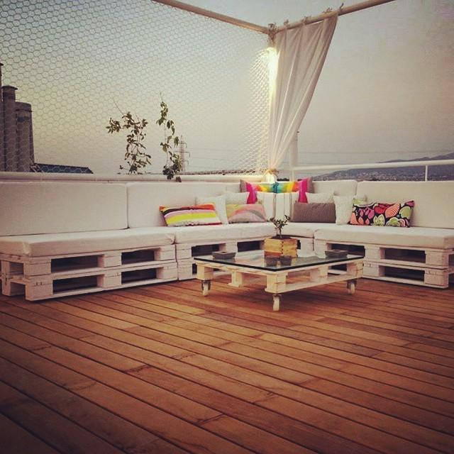 Este modelo contorna o formato deste terraço com deck de madeira