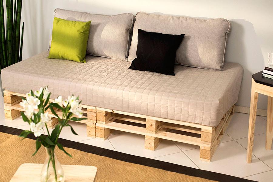 Compre pallets novos para ter um aspecto de sofá moderno