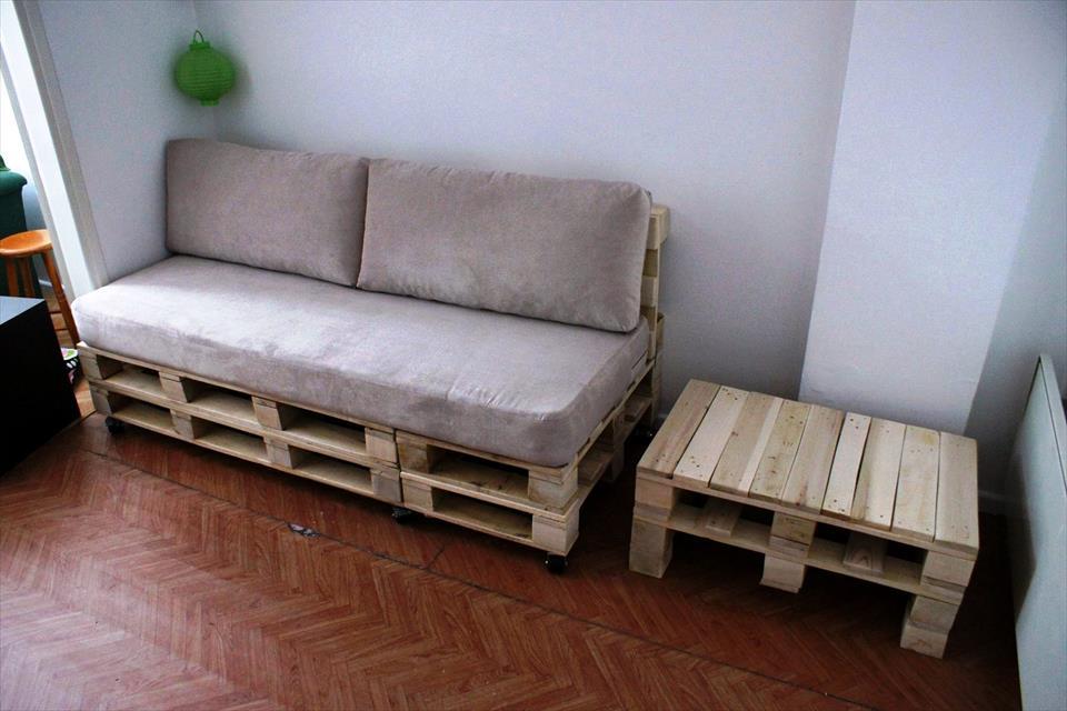 Sala com sofá de pallet e mesa lateral com o mesmo material