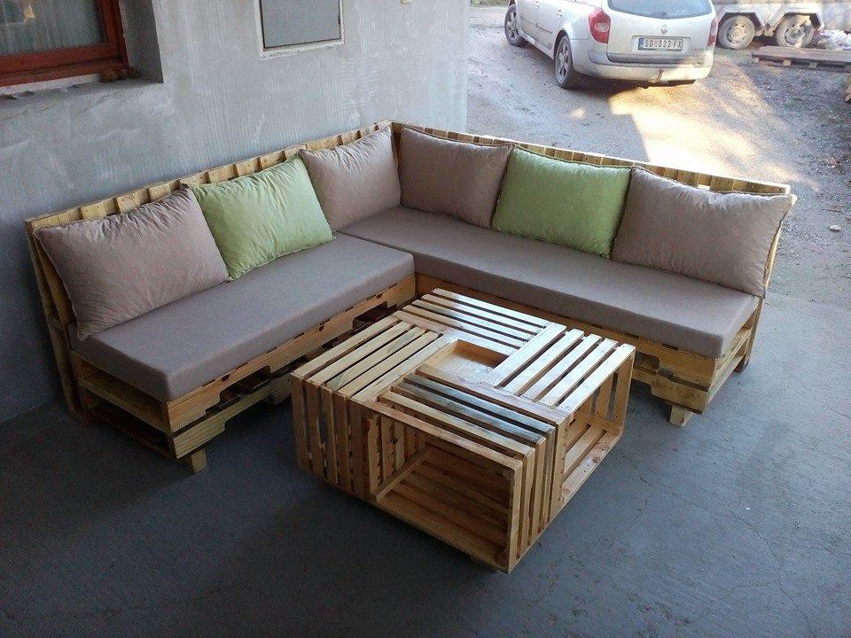 Modelo de sofá com encosto e mesa de centro