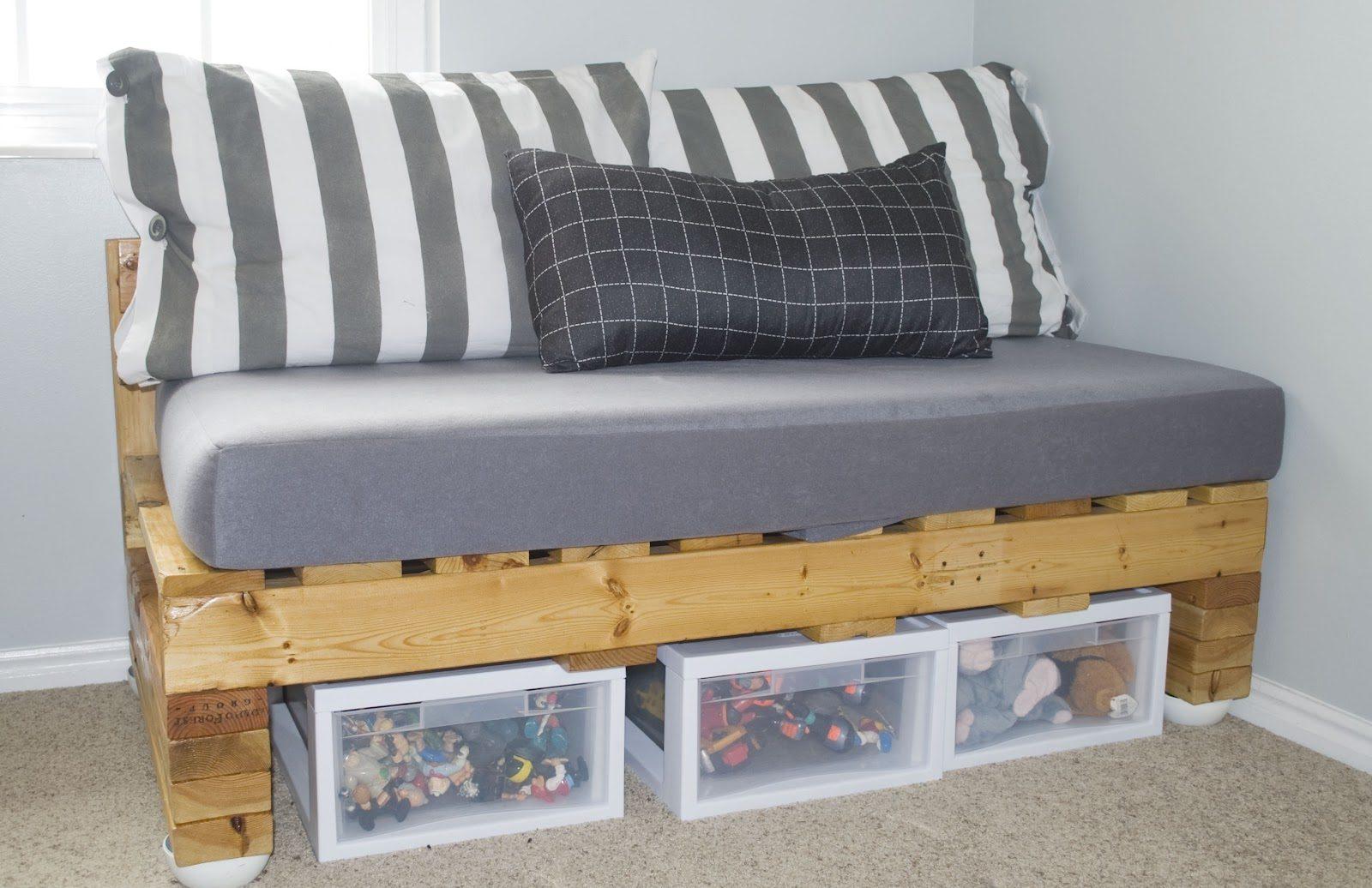 Caixas organizadoras preenchem o espaço inferior do sofá