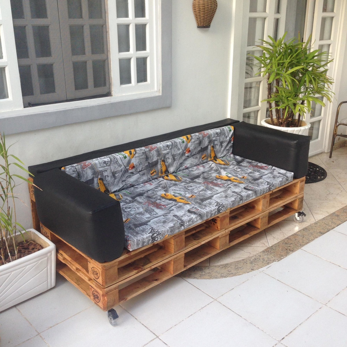 Sofá de pallet com estofado em couro preto