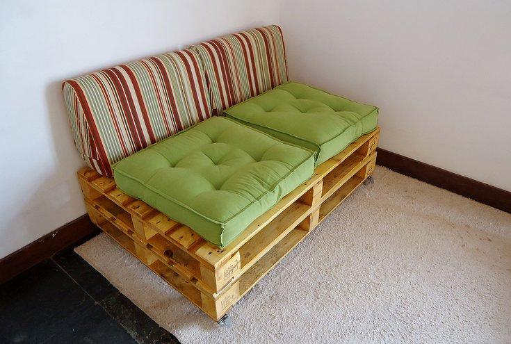 Sofá de pallet pequeno com almofadas para encosto