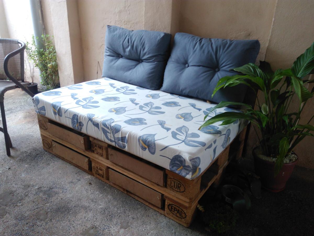 O sofá de pallet é uma alternativa barata e prática para áreas externas com piscina e jardim