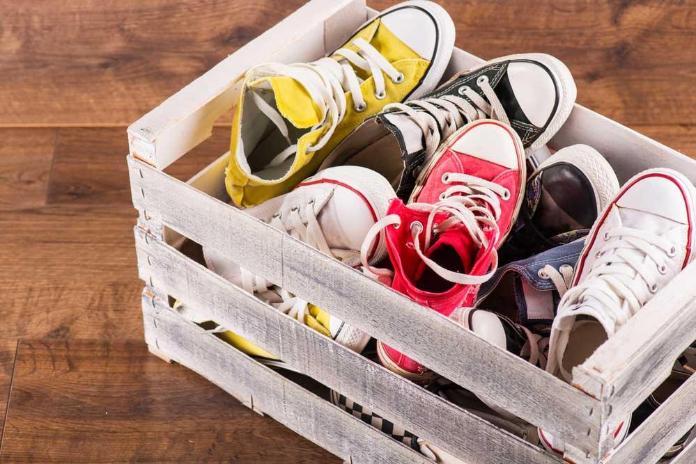 Sapatos em caixa de madeira