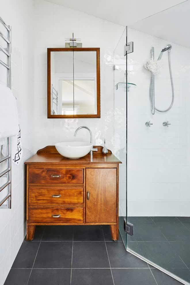 Quebrando os tons monocromáticos em banheiros pequenos