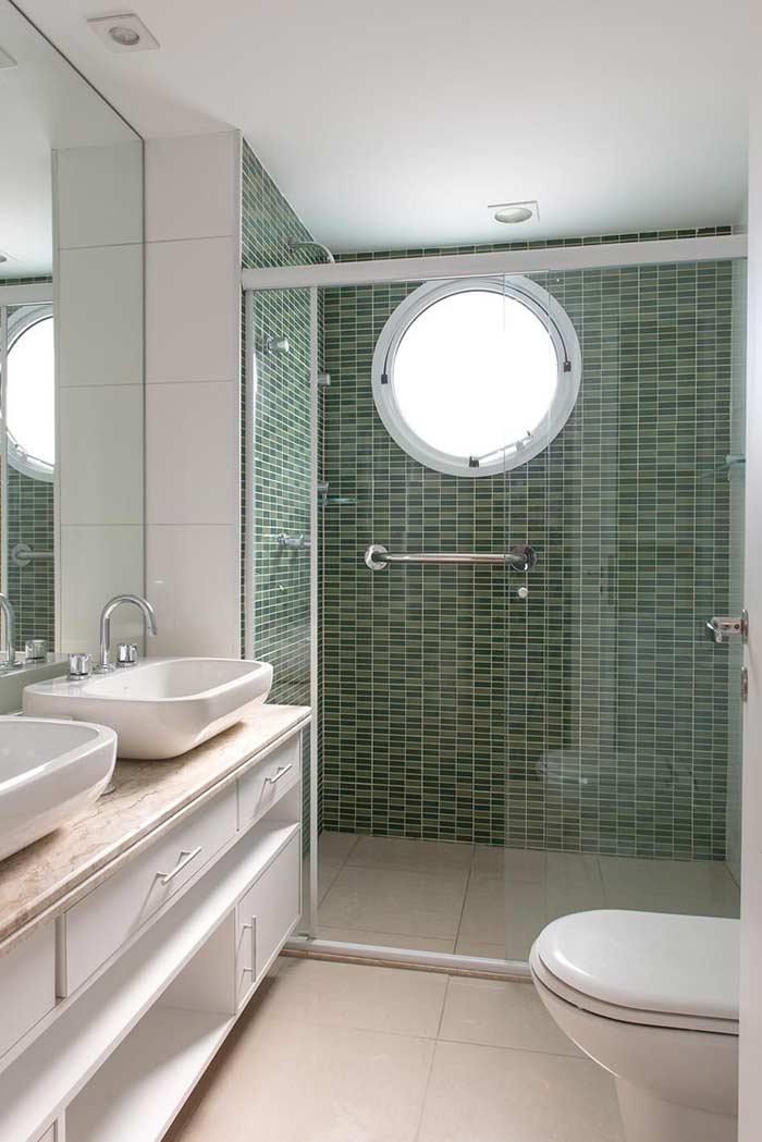 Decoração e organização clean em banheiros pequenos