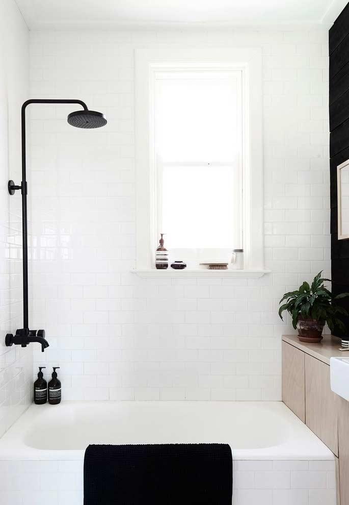 Decoração em branco e preto para banheiros pequenos