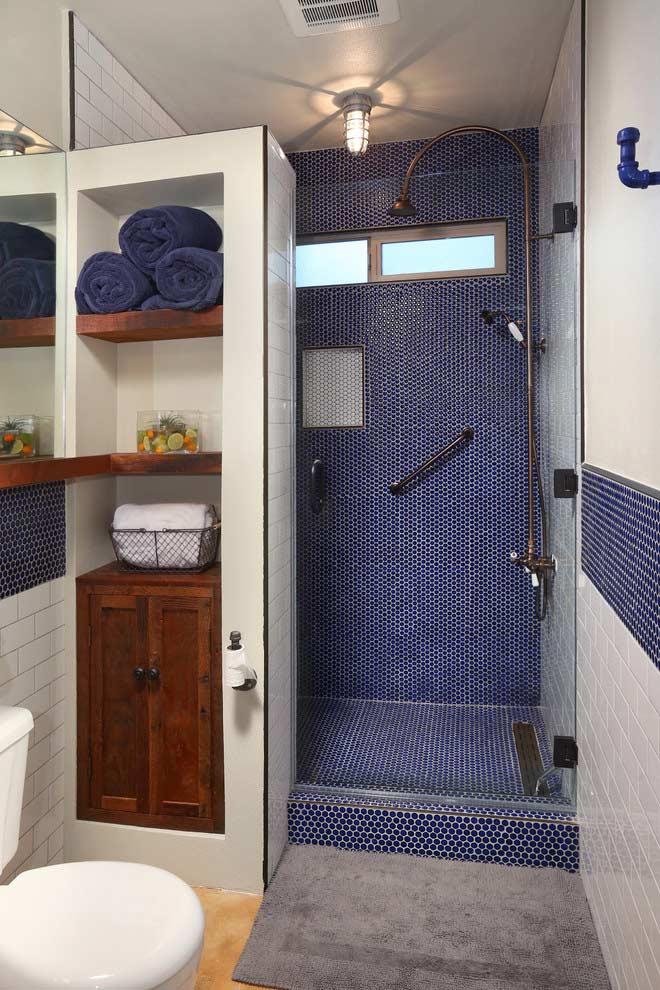 Box de banheiro pequeno colorido e diferente