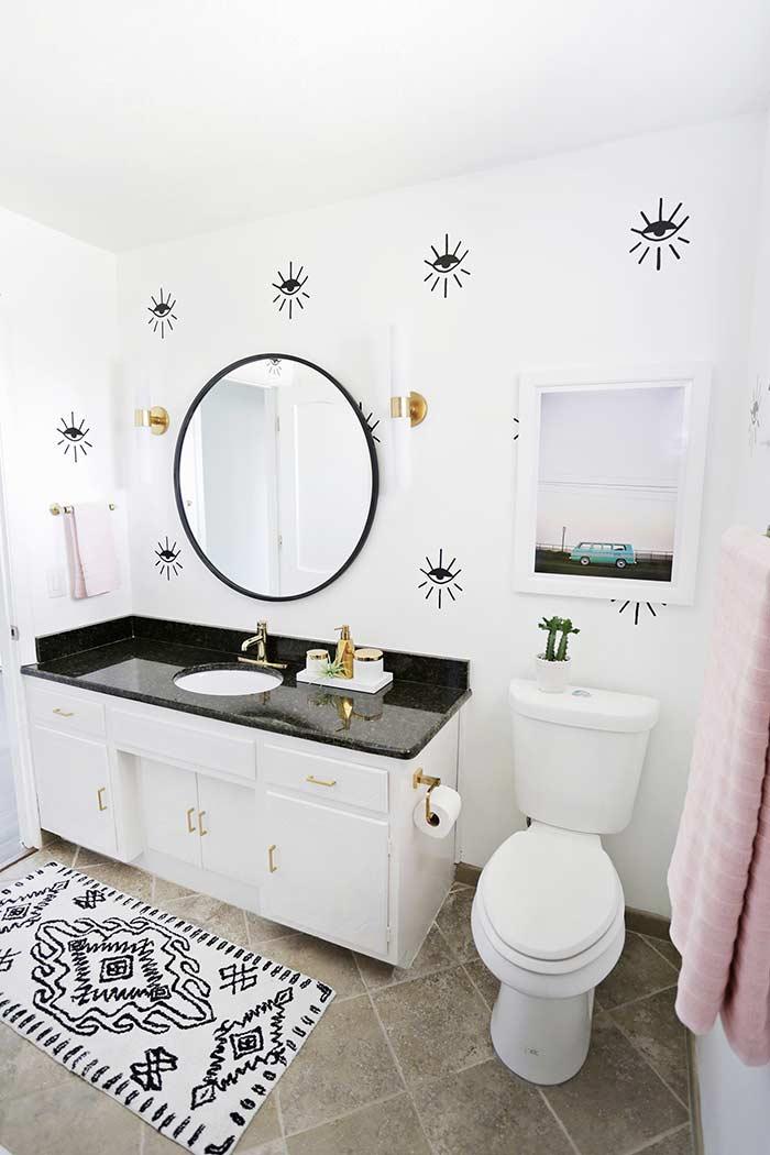 Banheiro pequeno de artista
