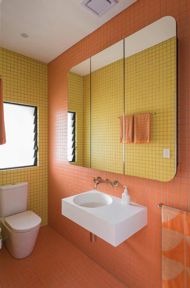 Super espelho no banheiro coloridíssimo