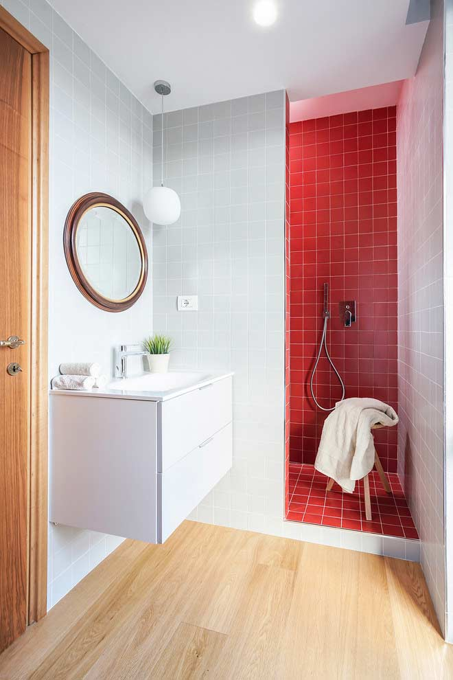 Divisão por cores em banheiros pequenos