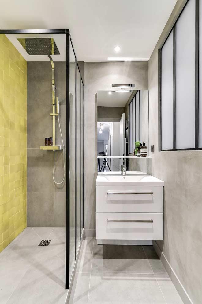 Cinza e amarelo: combinação super moderna para banheiros pequenos