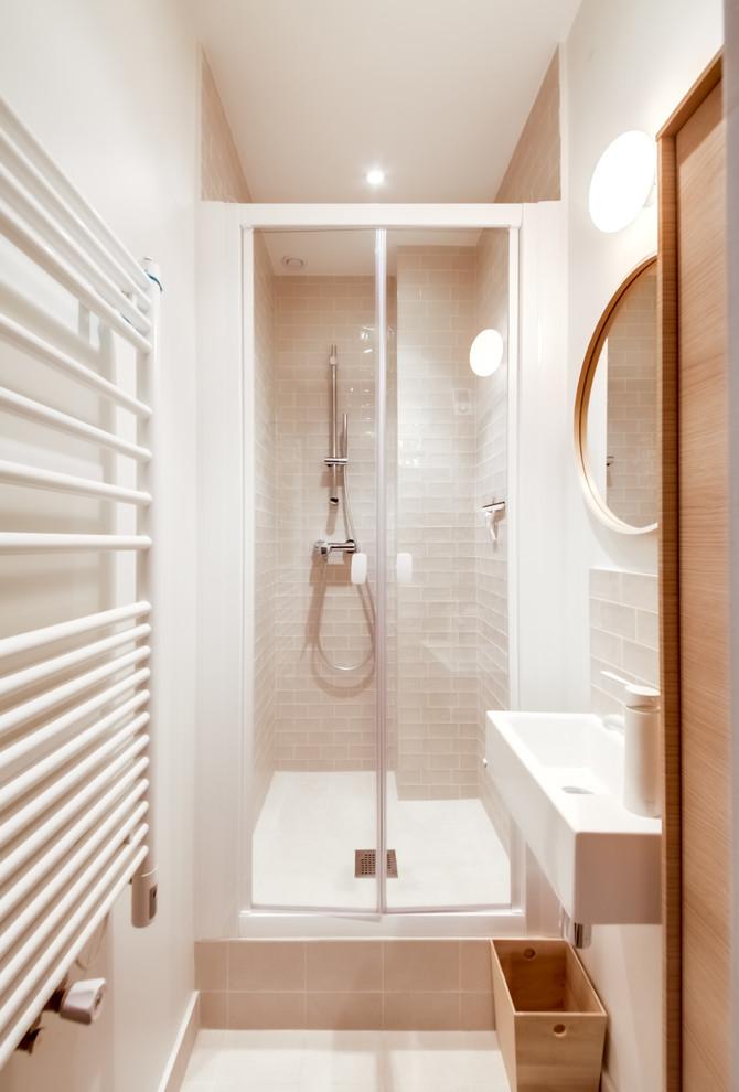 Invista em itens mais estreitos para aumentar a circulação em banheiros pequenos