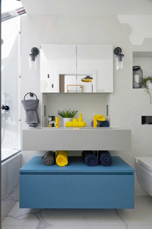Armário que vira nicho ou prateleira em banheiros pequenos