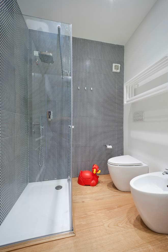 Madeira em um banheiro pequeno