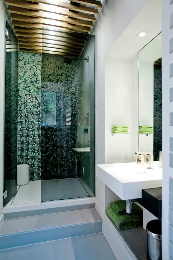 Banheiro pequeno com arranjo do teto para uma iluminação indireta